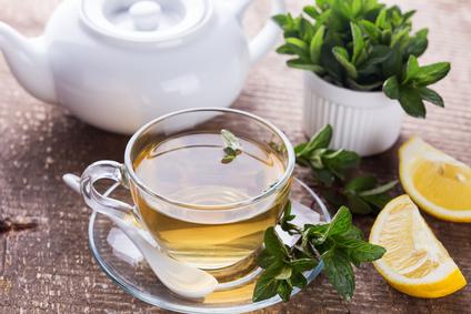 Tasse Tee mit Pfefferminze und Zitrone