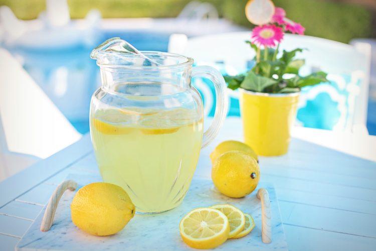 Limonade aus Zitrone und Minze