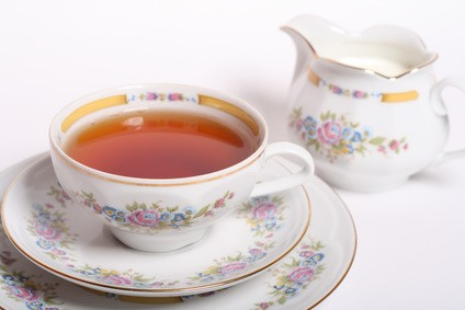 Tee mit Milch – kommt erst die Milch oder erst der Tee in die Tasse?