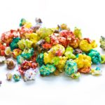 Buntes Halloween Popcorn in rot, grün, blau…