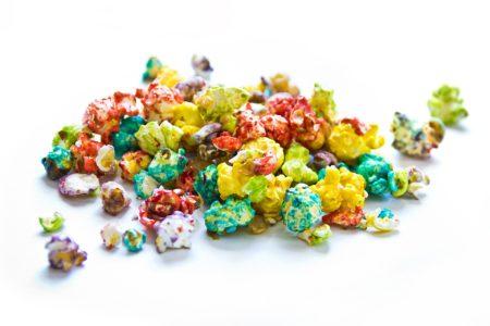 Buntes Halloween Popcorn: Popcorn färben mit Lebensmittelfarbe