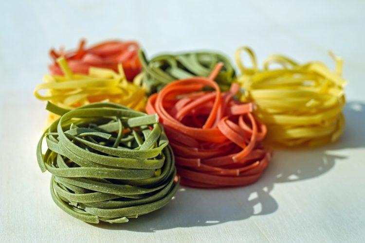 Nudeln färben: Selbst gefärbte Nudeln in Rot, Gelb und Grün