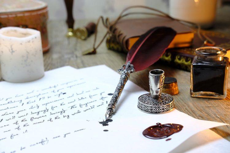 Mit Tinte Brief schreiben