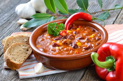 Scharfe Partysuppe mit Hackfleisch und feurigem Chili