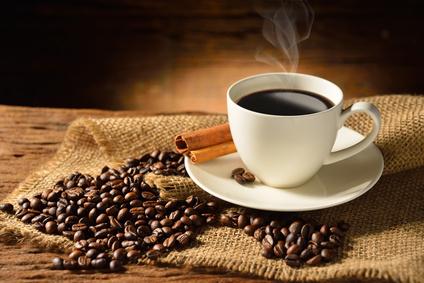Tasse mit Kaffee und frischen Kaffeebohnen