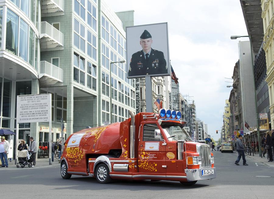 Minitruck beim Checkpoint Charlie
