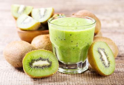 Shake aus Kiwis, Buttermilch und Honig